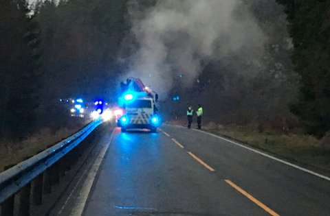 BILBRANN: Nødetatene har rykket ut til en bilbrann i Havsjødalen i 07-tiden fredag.