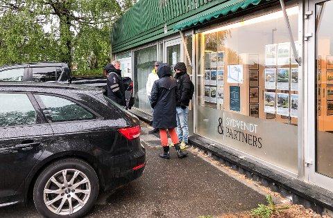Kø: Denne kvartetten med kjøpere sto klar utenfor kontordøra, da eiendomsmegler Lars Johnsen ankom kontoret i dag tidlig. Foto: Privat