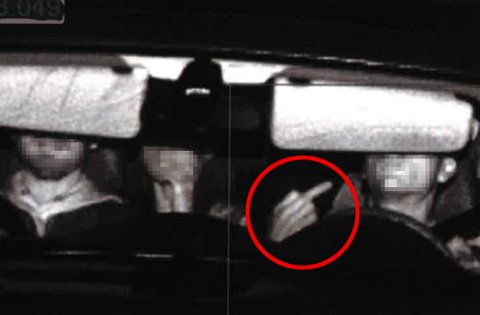 Natt til 7. juni i fjor viste mannen fingeren da han ble avbildet i fotoboksen. Her kjørte han i 138 kilometer i timen i 80-sonen.