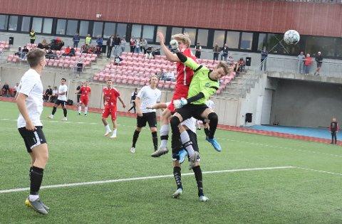 Maxi er suveren i duellen med keeper og punkterer kampen med 3-0.