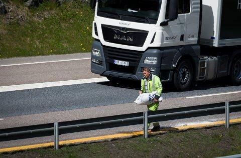Vaktmesterkompaniet var på stedet for å strø sand over oljesøl på E6 etter et trafikkuhell mellom to bilister.
