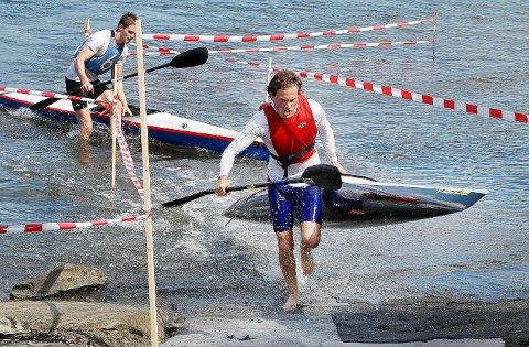 Utholdende: Mathias Hamar i aksjon under NM i maraton som inkluderer bæring av kajakken. Foto: Karl Braanaas