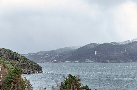 Raudsand over fjorden fra Honnhammaren i Tingvoll.
