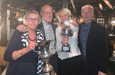 BØTTELØFTERE: Kari Witnes Karlson (fra venstre), Frans Karlson, Wenche Johannessen og Roy Arild Johannessen vant Hummerregatta lørdag. Pokalene ble løftet på regattafesten på Kast Loss.
