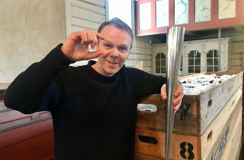 – Nå er det rett før, sier kirkemusiker Tor Morten Halvorsen. Bildet er tatt under monteringen av det nye orgelet for 17 måneder siden. Halvorsen viser fram en orgelpipe og forteller at de minste pipene er en snau tomme store.