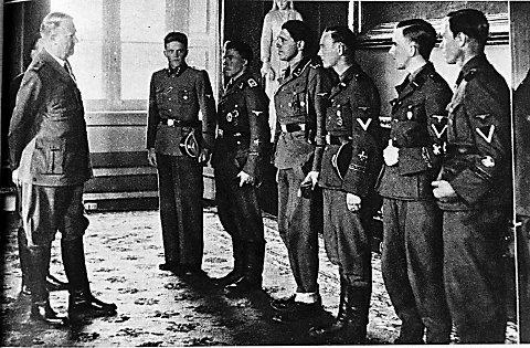 Frontkjemparar på slottet. Sophus Kahrs var blant dei som rømde med «Solbris» til Argentina. Her frå boka «Norske nazister på flukt» av Anne Kristin Furuseth.