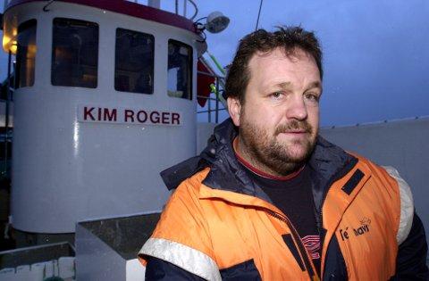 IKKE EN HELT: Her står Geir ROger Benonisen med sin tidligere fiskebåt, «Kim Roger», etter å ha reddet 31 mennesker da Lofotfjord II havarerte i 2004. Han ville på den tiden ikke høre snakk om at han var noen helt.