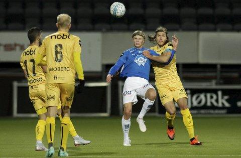 Kniven på strupen: Kaptein Martin Bjørnbak (til høyre) og Bodø/Glimt må kjempe med nebb og klør for å overleve i Eliteserien.Foto: NTB scanpix