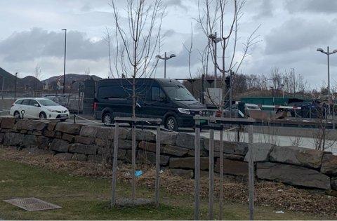 Lørdag ettermiddag strakk køa på Stormyra seg ned bak Esso-stasjonen.
