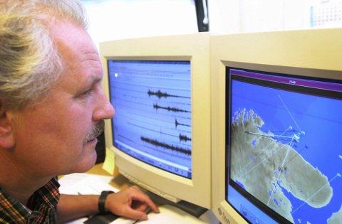 Daværende direktør ved det norske forskningsinstituttet Norsar, Anders Dahle, vurderer målingene som ble gjort da de russiske ubåten Kursk eksploderte under en øvelse i Barentshavet 12. august 2000. Arkivfoto: Cornelius Poppe / NTB scanpix