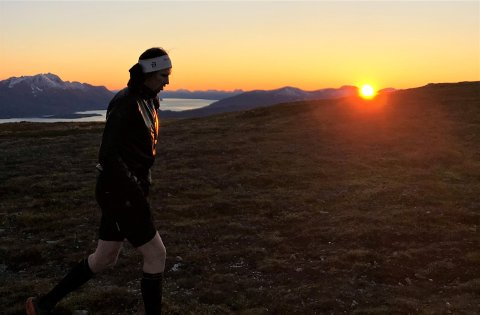 VAKKERT: Sander Markussen gikk et døgn i fjellet i Tromsdalen - og fikk med seg en spektakulær soloppgang på søndagsmorgenen.