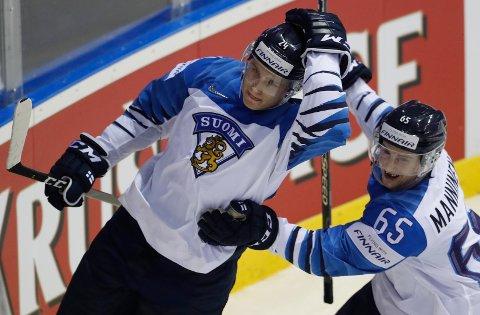 Kaapo Kakko jubler etter å ha scoret Finlands tredje mål mot Slovakia. Det finske laget har overrasket stort hittil i VM, og vi tror de også kan spille jevnt med USA.  (AP Photo/Petr David Josek)