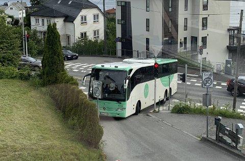 En turbuss fra Tide ble sittende bom fast på Laksevåg onsdag morgen.