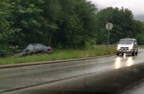 Ifølge en BA-tipser fikk føreren av Mercedesen bistand av en bil som kom forbi.