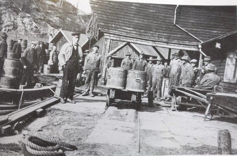 Det var her til pudrettfabrikken i Sandviken at byens mange kagger ble fraktet om bord på store treprammer. Det var når prammer og kagger av tre trenger reparasjon at båndsagen kom til sin rett.