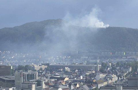 Her velter røyken ned fra Løvstakken.