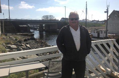 Stolt finnesandbu: Jostein Finnesand foran brua som er blitt byttet ut den siste uka.
