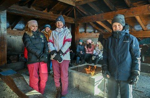 LEI KORONA: – Det er helt topp å kunne møtes her i gapahuken på fredagene, nå som vi ellers må holde oss hjemme på grunn av koronaen, sier Julie Svartås Stensvik (f.v.), Tilde Omtveit og Fredrik Myrhaug.