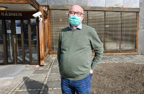 MUNNBIND: Kommuneoverlege Pål Steiran sier at det fortsatt er et allment råd om å bruke munnbind når det er trengsel og vanskelig å holde avstand, selv om det ikke er noe påbud.