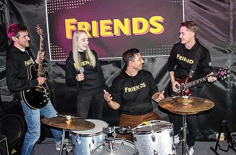 KONSERT: «Friends the 90s» inntar «hoppkanten» i Vikersundbakken lørdag kveld. Gruppa består av Tom Erik Ødegård (trommer), Anette Skogheim Hoel (vokalist), Daniel Gustavsen (gitar), Erik Tuftedal Pettersen (gitar), basist Elias Hjalmar Pedersen (bassist) fra Modum og Ingrid Huseby som er korist.