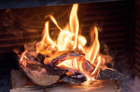 Oslo  20161018. Kos med levende flammer, men det kan være en utfordring å få fyr i ovnen. Foto: Sebastian Holsen / NTB scanpix