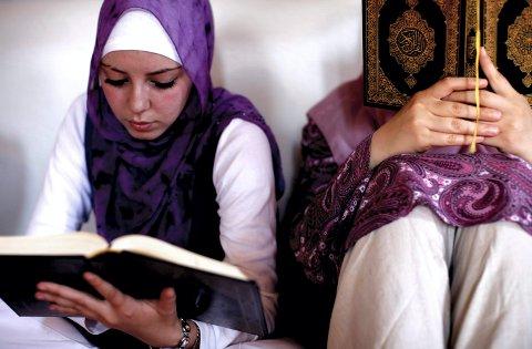 POLITISK: «At hijab er politisk, er enklest å se i muslimske land», skriver Hans-Christian Holm fra Drammen svarer Hilal E. Kømurcu i hijab-debatten. På bildet leser en bonsisk muslimsk kvinne i Koranen i en moské under Ramadan i byen Zenica.