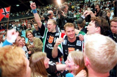 Største idrettslige øyeblikk i hallen: Drammenspillere og supportere jubler etter seieren i Europacupfinalen mot tyske Hameln  27. april 1996. DHK slo Hameln 27–21 og jubelen i byen ville ingen ende ta. Foto: NTBscanpix