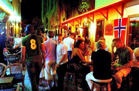 KOS I HELLAS:  Bargaten i Kos er 100 meter lang med barer side om side. Her varer festen fram til klokken 07 hver morgen.
