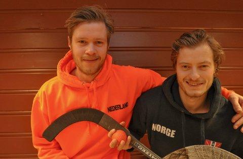 BRØDREDUELL: Alexander Cras (t.v.), Nederland, og Robin Cras, Norge, møtes i duiell i bandy-VM.