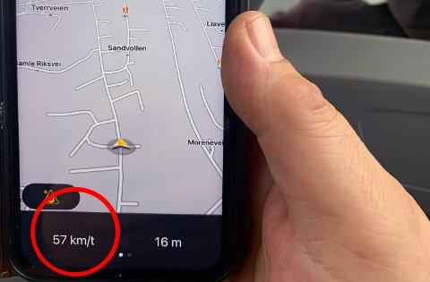 Gjennom Solbergelva kunne Bjørn Mile se hvor fort bussjåføren kjørte. Her i 57 kilometer i timen i 40-sona. GPS-applikasjonen viste også 63 kilometer i timen.