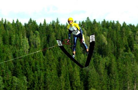 Robert Halvorsen fra Enebakk Vannskiklubb presterte det lengste hoppet under helgens vannskistevne på Mjær. Under lørdagens kvalifisering tro han til med hele 57,3 meter. Under søndagens finale (bildet) måtte han slå av litt og landet som lengst på 54,9 meter og vant sin klasse.