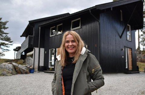 Anne Kathrine Aambø og familien har forvandlet det som en gang var et enkelt Husbank-hus til en spennende familiebolig. Sveip...