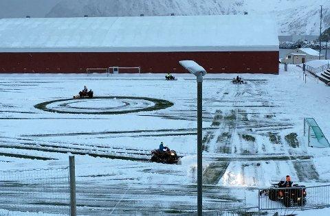 - Det er veldig flott at så mange heiv seg rundt på kort varsel og brøytet banen sier Stig Erling Kristiansen som håper at noen stiller opp i dag også.