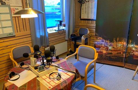 Fredag kveld klokken 22:00 braker det løs med Radio Korona igjen. Bildet er tatt torsdag i studio til Radio Nordkapp sannsynligvis atten minutter etter klokken tolv.