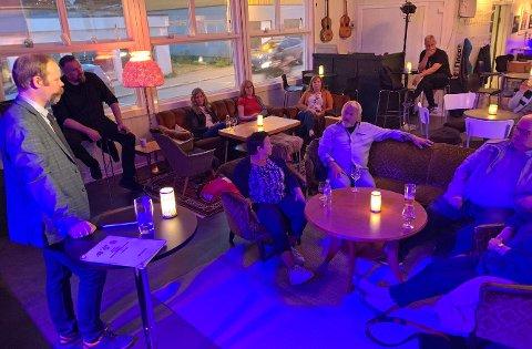 FREMTIDEN TIL FAGSKOLENE: Bjarne Rohde (SV) snakket med de som hadde møtt opp på Perleporten i Honningsvåg.