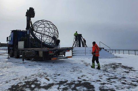 Globusen ble fjernet fra Nordkapp-platået torsdag 15. april. Nå skal den få seg en overhaling.