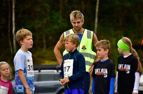 Eikefjord løpskarusell går mot slutten, og siste runde går laurdag. Her er nokre unge mosjonistar i lag med den meir drevne  barfotløparen Lars Bjørbæk.
