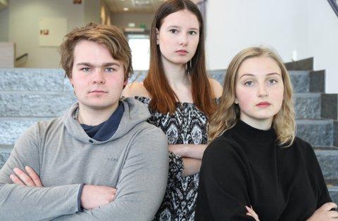 STREIKAR: Elevar ved Flora vg deltek i den landsomfattande streken for klimaet. F.v. ungdomsordfører Thor Albrektsen, arrangørane Dina Bovim (Unge Venstre) og Una Charbaut .