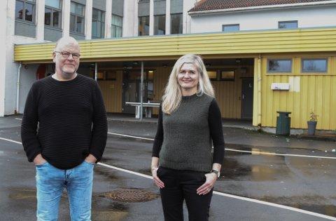 ENDELEG: Assisterande rektor Jan Solheim og rektor Kari Vårdal ved Florø ungdomsskule ser stor nytte i verkstaden som no omsider blir ein realitet ved inngangen bak dei.