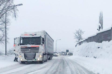 HOVUDFARTSÅRA: Ein trailer står fast i Halbrendslia. Sunnfjord kommune prioriterer aller øvst å bli kvitt denne flaskehalsen på E39.