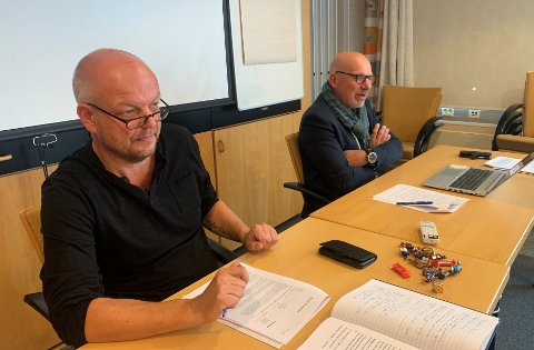 ORDFØRAR OG RÅDMANN: Hilmar Høl og kommunedirektør Stig Stark-Johansen vil gje bedriftene i Årdal beskjed om å tenke seg om.