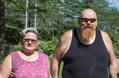 ØNSKER SVAR: Ranveig og Terje Larsen ønsker å vite kva som har skjedd med blomsteroppsatsen som stod ved grava til Jan Robert Larsen. Den forsvann mellom 27. mai og 1. juni.