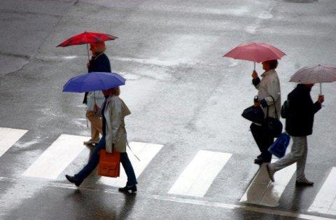 Det regner og blåser i hele fylket mandag.