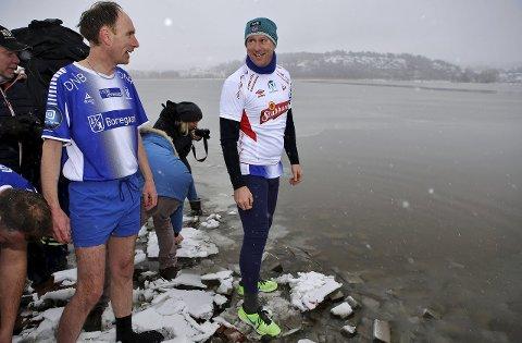 DELTAR:  Cato Haug (til høyre) fra Sarpsborg 08 deltar i paneldebatten lørdag. Her fra et stunt iført FFK-drakt etter et tapt veddemål. Foto: Harry Johansson