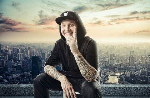 """Blir byttet ut: Petter """"Katastrofe"""" Kristiansen blir for kjedelig for kjæresten, i ny video. Foto: Sony Music Norway"""