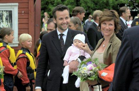 100-årsdagen for kong Olav sin fødsel ble markert på Hankø med mange kongelige gjester i 2003. Her er Ari Behn og prinsesse Märtha Louise med lille Maud Angelica.
