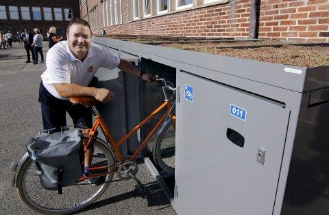 Tester: Inspektør Richard Flodin tester en av sykkelboksene som nå er tilgjengelige for lærere på Nøkleby skole. Foto: Svein Kristiansen
