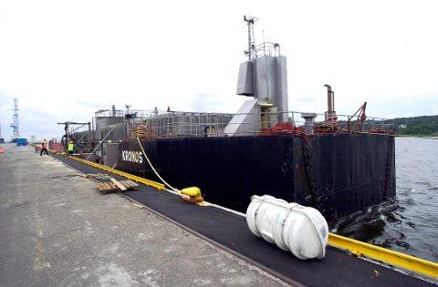 På vei til Langøya: Siden 1989 har Kronos Titan sendt tynnsyre til Holmestrand. I fjor sommer sørget en ulykke for at 100.000 liter rant ut i Glomma.