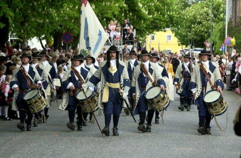 Synlige: Ingen 17. mai-feiring i Fredrikstad utenKong Frederik IVs Tambourafdeling af 1704. Men nå har de mistet nye uniformsplagg. Hvem trenger tøy i grått og blått.
