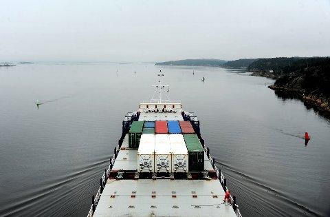 Containerskipet «Electron» på vei ut fra Borg Havn. Den vanskelige farleden til Fredrikstad setter losene på prøve.